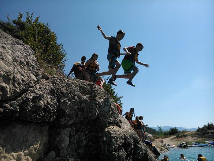 Escolares saltando en La Llosa del Cavall