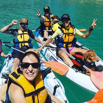 Grupo en Kayak con sus perros